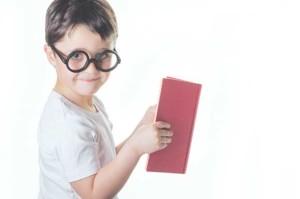 bambino-tiene-in-mano-libro
